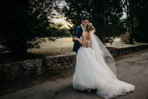 mariés dansent à la sortie de l'église à Grasse