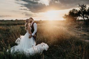 photo des mariés au soleil couchant au domaine du Mas Conte à Perpignan