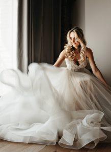 mariée faisant danser sa robe lors des préparatifs au Domaine du Mas Conte