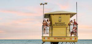 famille au coucher du soleil sur la plage de Castelldefels en Espagne