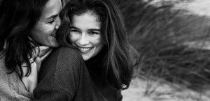 seance photo mère-fille sur la plage de Castelldefels en Espagne