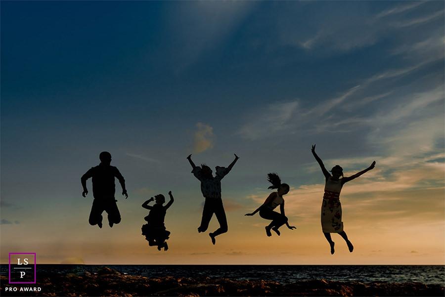 séance famille avec silhouettes sautant sur la plage