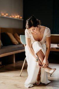 mariée à la fin des préparatifs, met ses chaussures