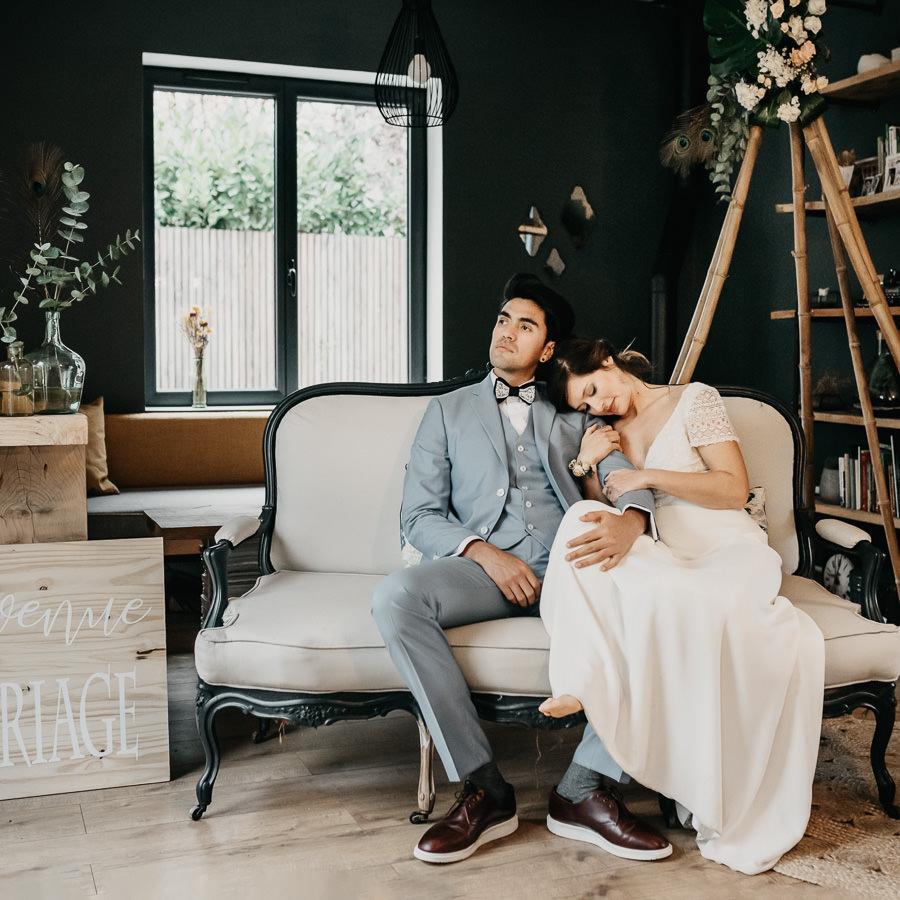 mariés au coin du feu pour leur mariage cocooning à la maison