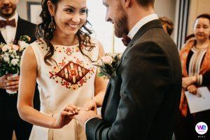 Mariés lors de la cérémonie civile à la mairie d'Angoustrine en Cerdagne