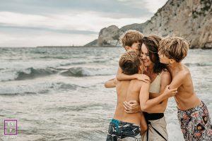 séance famille mère fils en bord de mer à Castelldefels au sud de Barcelone
