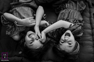 soeurs lors d'une séance famille à domicile à Barcelone