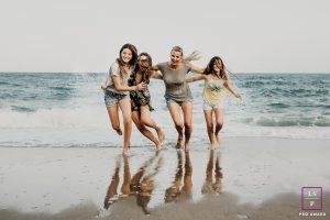 séance famille mère filles en bord de mer à Sitges au sud de Barcelone