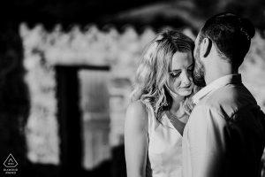 séance couple engagement dans le village du Castelnou dans les Pyrénées-Orientales