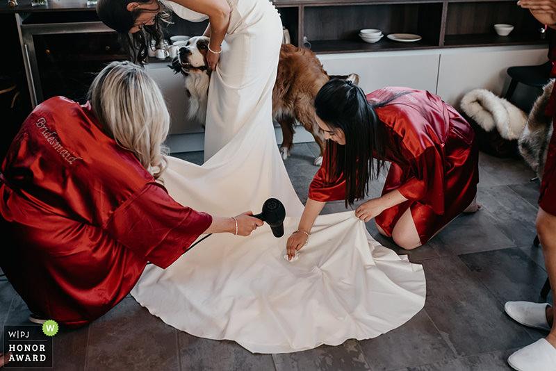 Mariée qui se prépare avec son chien lors d'un mariage à la montagne aux Angles